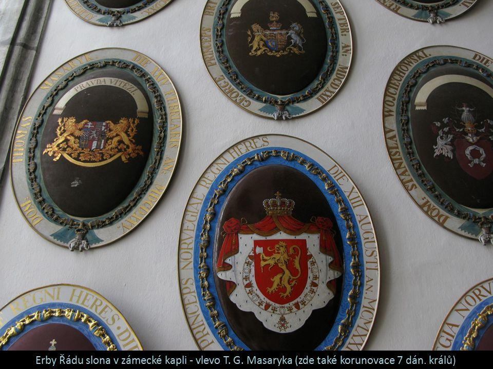 Erby Řádu slona v zámecké kapli - vlevo T. G. Masaryka (zde také korunovace 7 dán. králů)