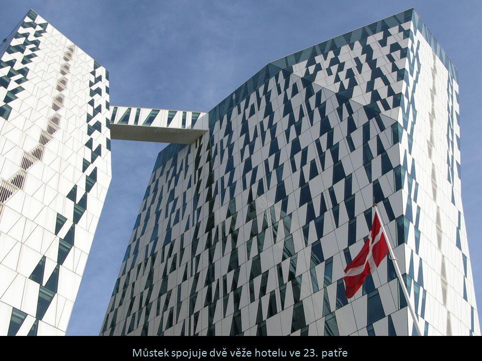 Můstek spojuje dvě věže hotelu ve 23. patře