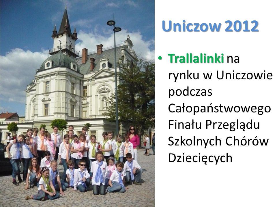 Uniczow 2012 Trallalinki Trallalinki na rynku w Uniczowie podczas Całopaństwowego Finału Przeglądu Szkolnych Chórów Dziecięcych