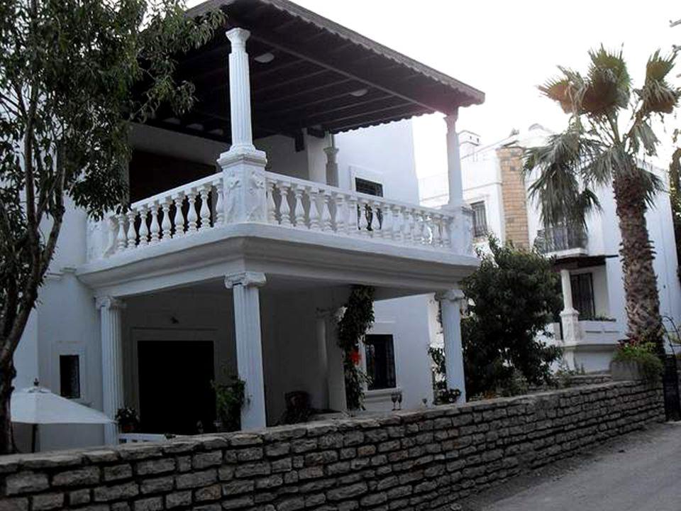 Narodil se zde dějepisec Dionýsios, básník Hérakleitos i historik Herodotos