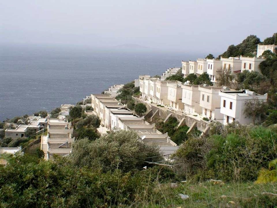 Dva hluboké zálivy přiléhající k městu jsou oddělené starou pevností sv. Petra