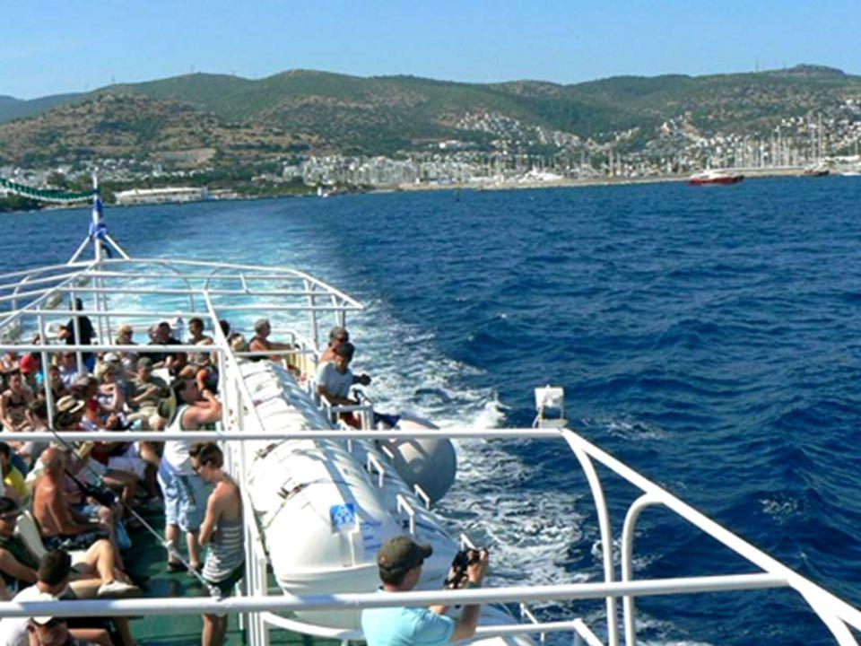 Úplně na konci je přístaviště trajektů, odkud vyplouvají velké lodě a rychločluny vozící turisty na ostrovy a na výletní plavby