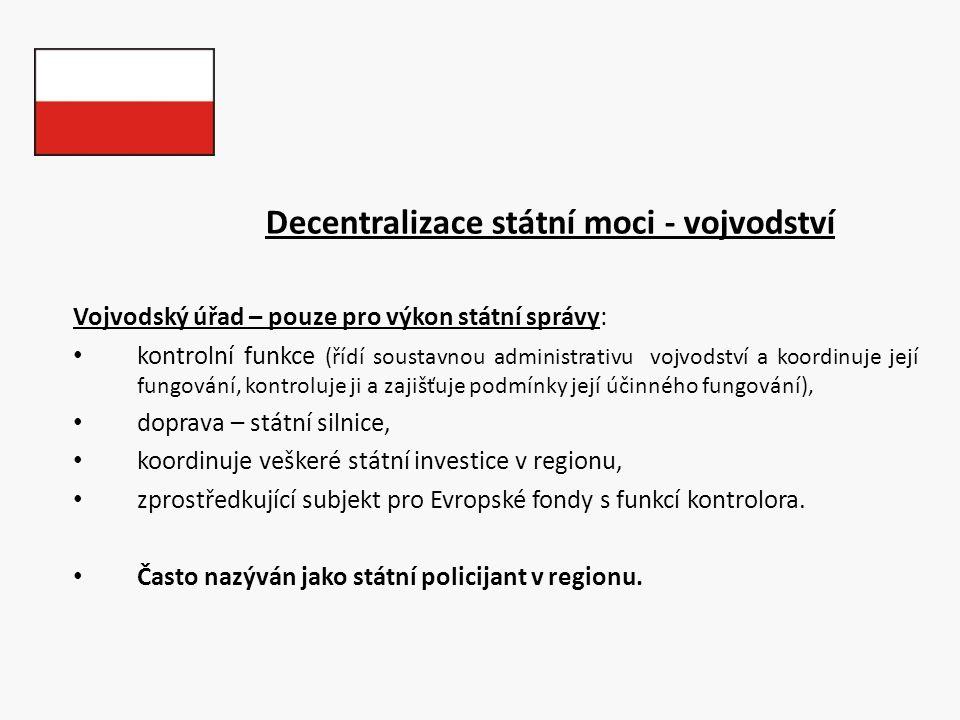 Decentralizace státní moci - vojvodství Vojvodský úřad – pouze pro výkon státní správy: kontrolní funkce (řídí soustavnou administrativu vojvodství a