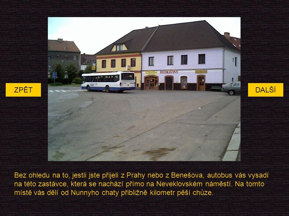 Bez ohledu na to, jestli jste přijeli z Prahy nebo z Benešova, autobus vás vysadí na této zastávce, která se nachází přímo na Neveklovském náměstí.