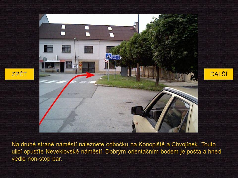Na druhé straně náměstí naleznete odbočku na Konopiště a Chvojínek.