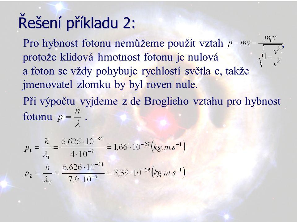 Řešení příkladu 2: Pro hybnost fotonu nemůžeme použít vztah, protože klidová hmotnost fotonu je nulová a foton se vždy pohybuje rychlostí světla c, takže jmenovatel zlomku by byl roven nule.
