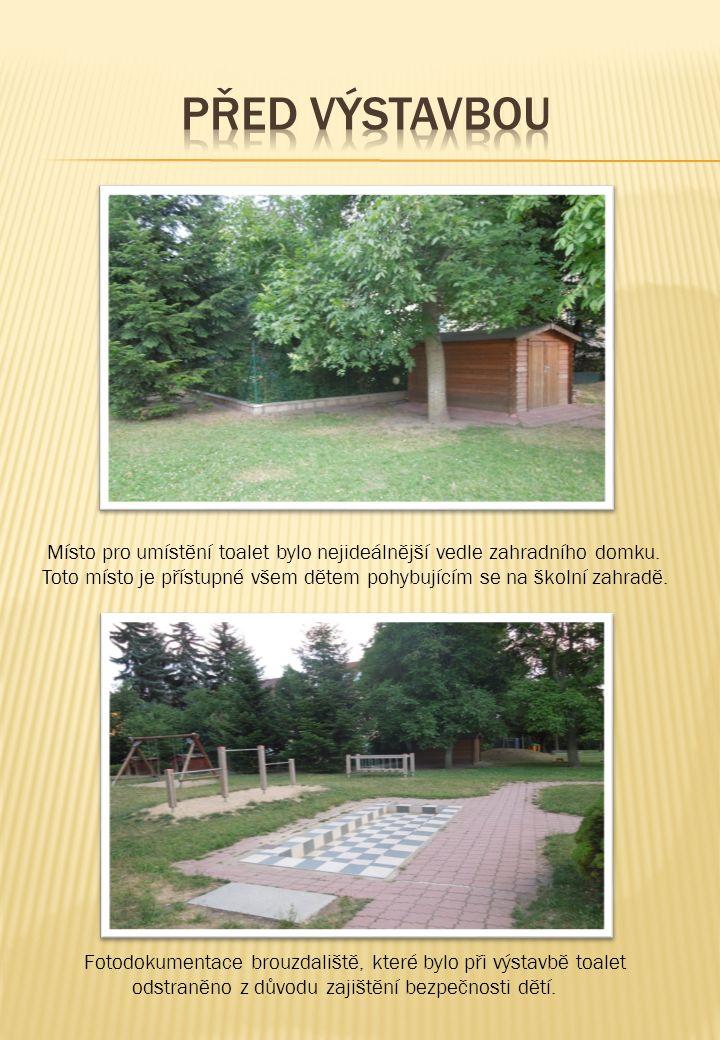 Místo pro umístění toalet bylo nejideálnější vedle zahradního domku. Toto místo je přístupné všem dětem pohybujícím se na školní zahradě. Fotodokument