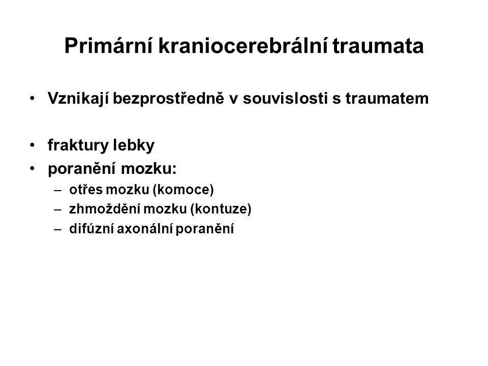 Primární kraniocerebrální traumata Vznikají bezprostředně v souvislosti s traumatem fraktury lebky poranění mozku: –otřes mozku (komoce) –zhmoždění mo