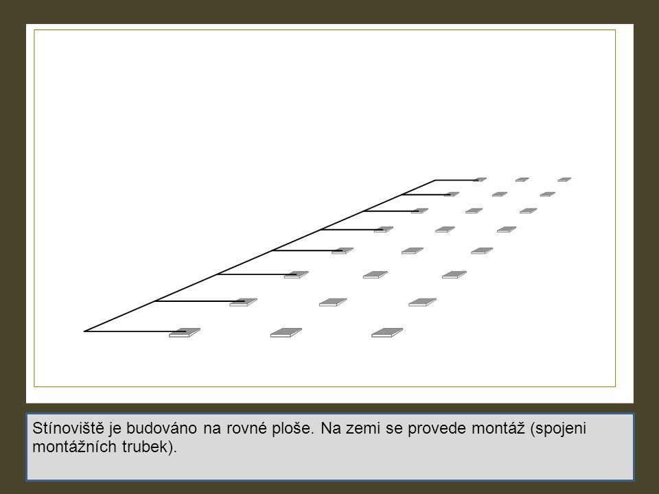Stínoviště je budováno na rovné ploše. Na zemi se provede montáž (spojeni montážních trubek).