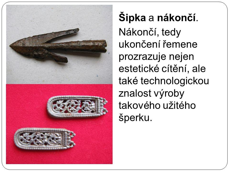 Šipka a nákončí. Nákončí, tedy ukončení řemene prozrazuje nejen estetické cítění, ale také technologickou znalost výroby takového užitého šperku.