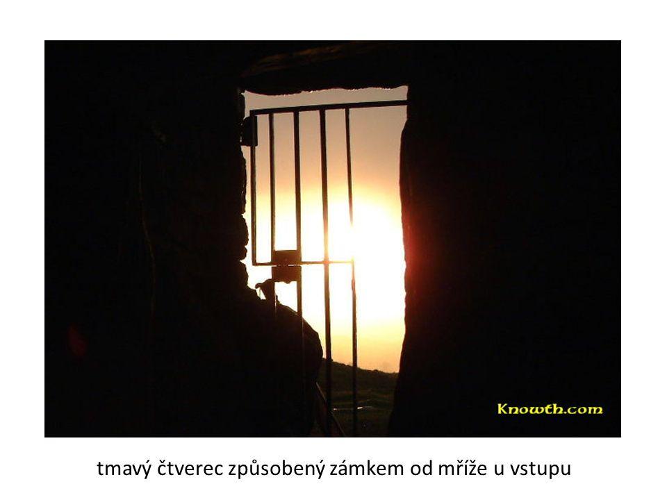 tmavý čtverec způsobený zámkem od mříže u vstupu