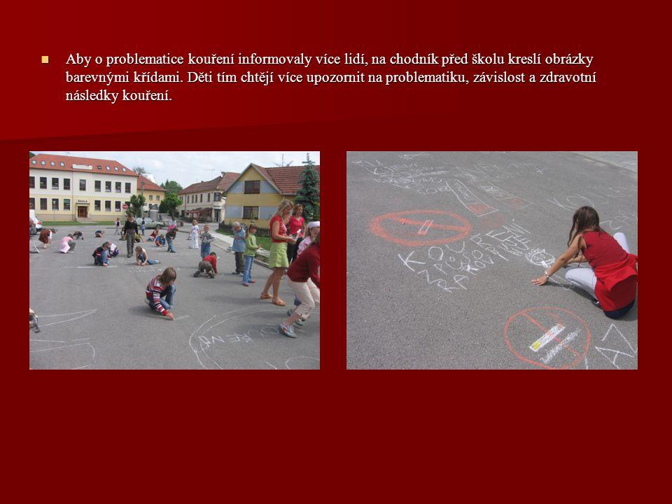 Aby o problematice kouření informovaly více lidí, na chodník před školu kreslí obrázky barevnými křídami.