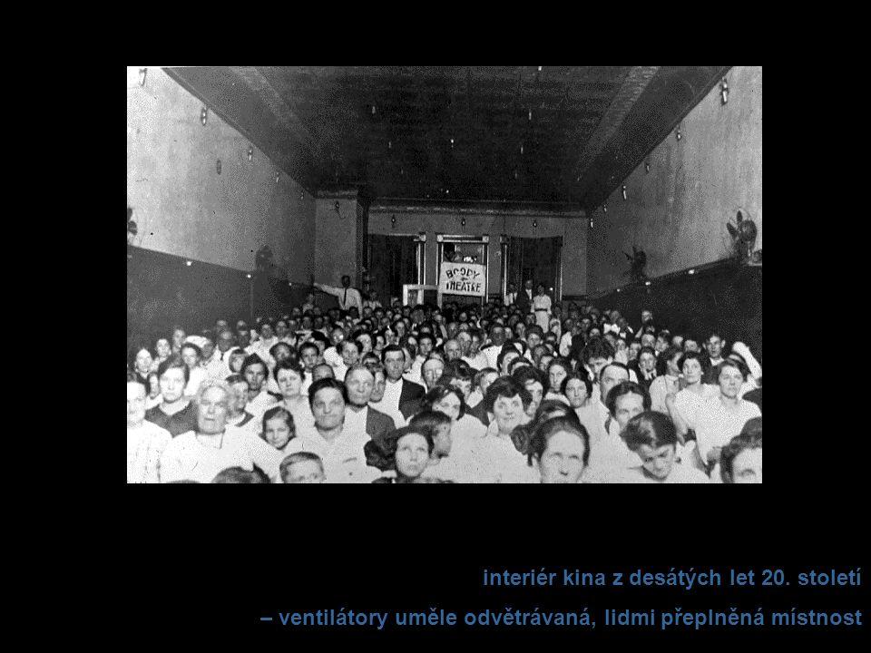 interiér kina z desátých let 20. století – ventilátory uměle odvětrávaná, lidmi přeplněná místnost