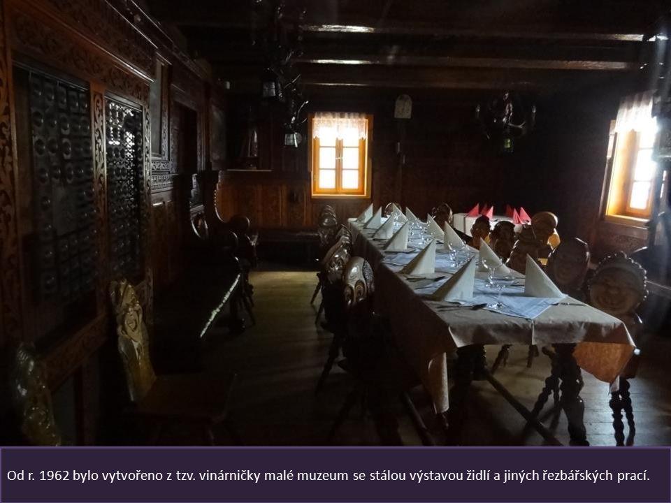 Penzion a restaurace Rejvíz je pověstná historickými vyřezávanými židlemi Opěradla židlí jsou vyřezaná do podoby místních štamgastů, starší kousky maj