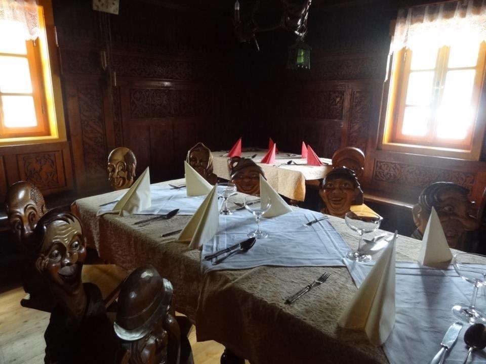 Od r. 1962 bylo vytvořeno z tzv. vinárničky malé muzeum se stálou výstavou židlí a jiných řezbářských prací.