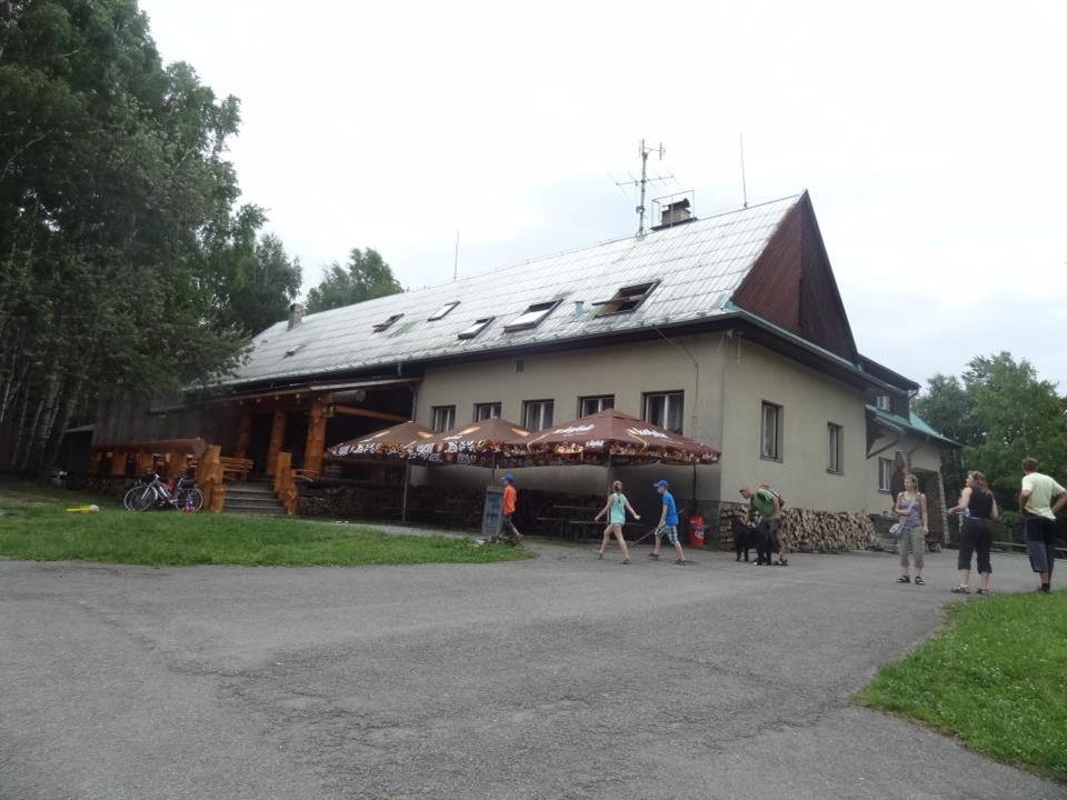 Chata Orlí vrch - v r. 1956 postavena jako rozhlasový vysílač, v r. 1964 vysílač přestěhován na Praděd. Chata byla využívána jako sklad Českých Radiok