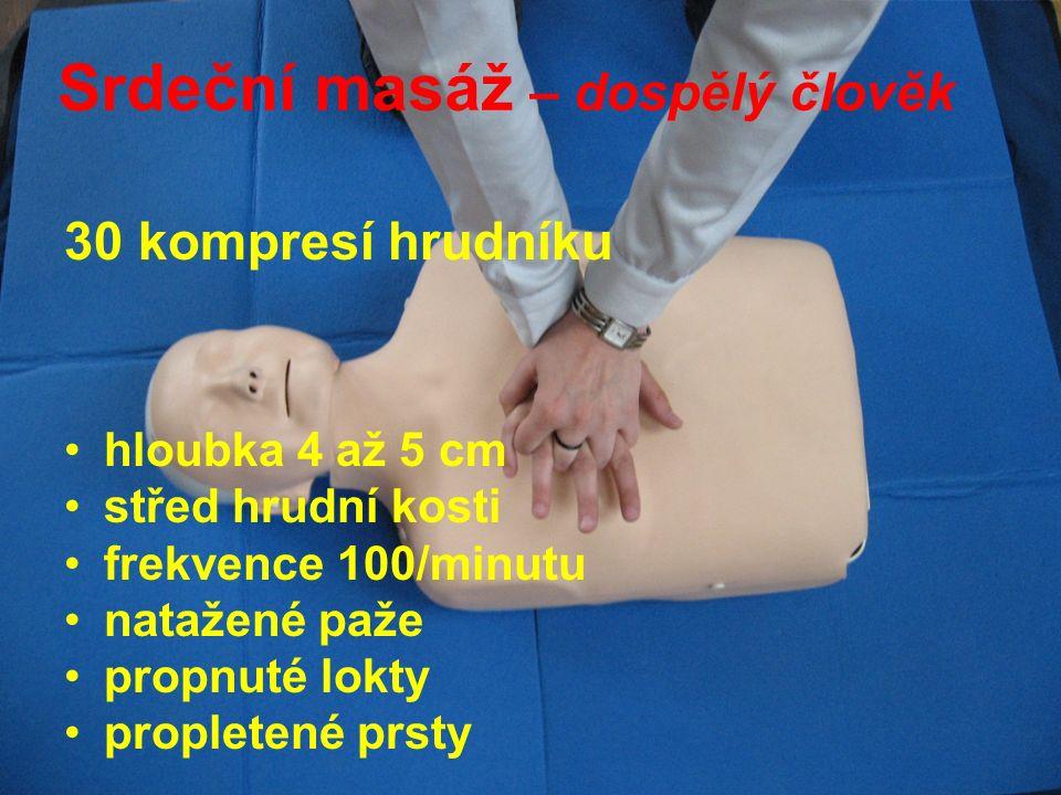 Srdeční masáž – dospělý člověk 30 kompresí hrudníku hloubka 4 až 5 cm střed hrudní kosti frekvence 100/minutu natažené paže propnuté lokty propletené