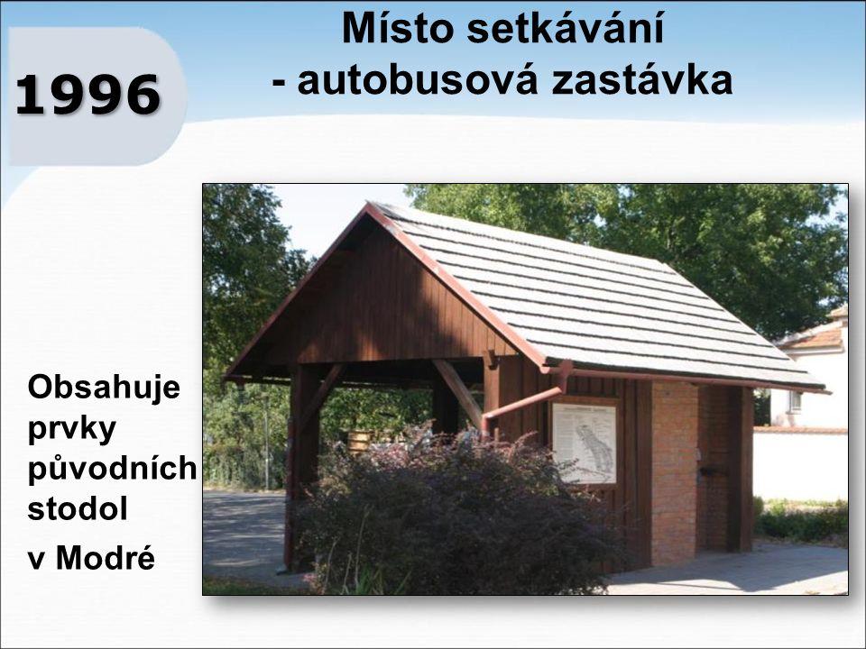 Místo setkávání - autobusová zastávka 1996 Obsahuje prvky původních stodol v Modré