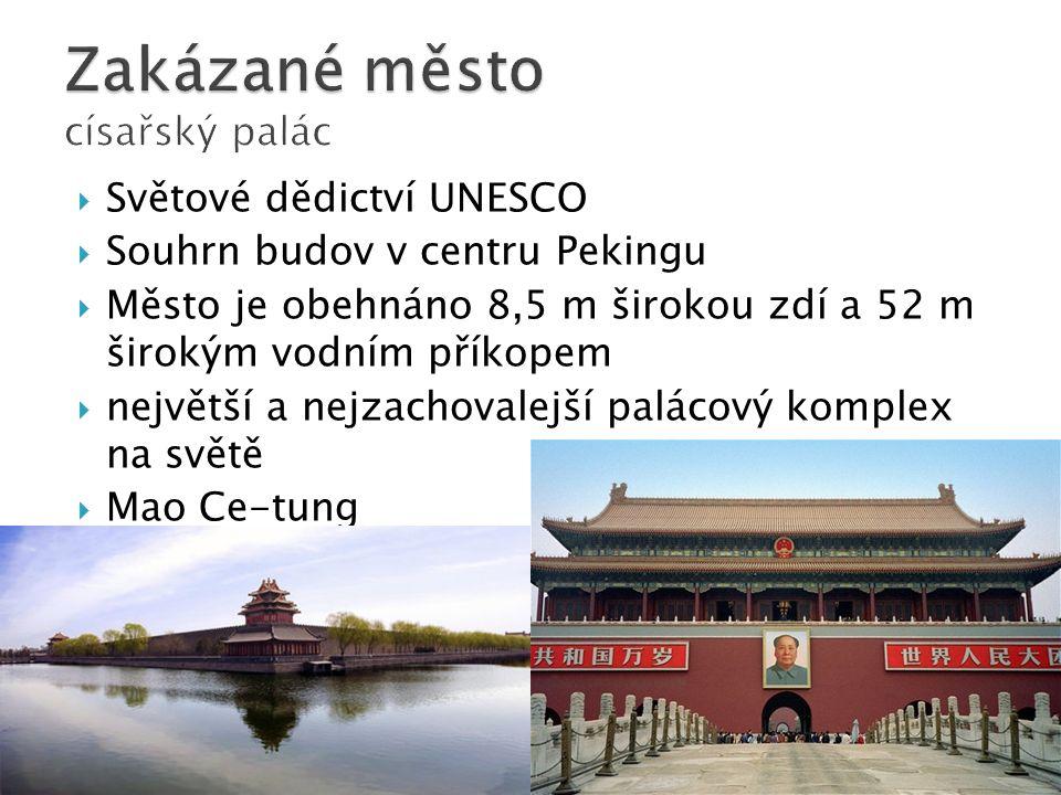  Světové dědictví UNESCO  Souhrn budov v centru Pekingu  Město je obehnáno 8,5 m širokou zdí a 52 m širokým vodním příkopem  největší a nejzachovalejší palácový komplex na světě  Mao Ce-tung