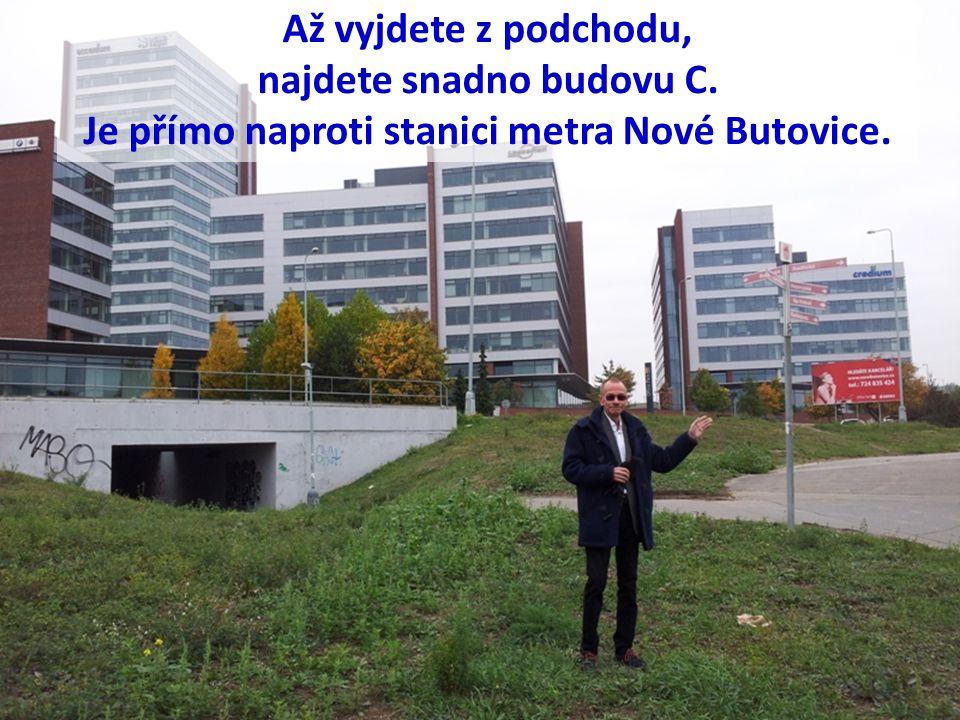 Až vyjdete z podchodu, najdete snadno budovu C. Je přímo naproti stanici metra Nové Butovice.