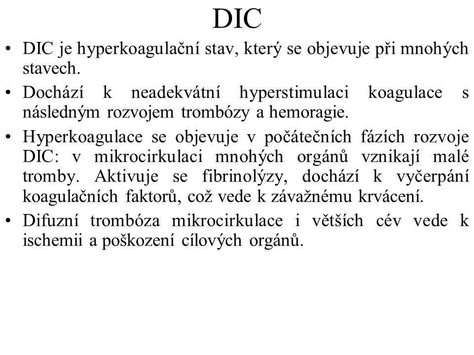 DIC DIC je hyperkoagulační stav, který se objevuje při mnohých stavech. Dochází k neadekvátní hyperstimulaci koagulace s následným rozvojem trombózy a