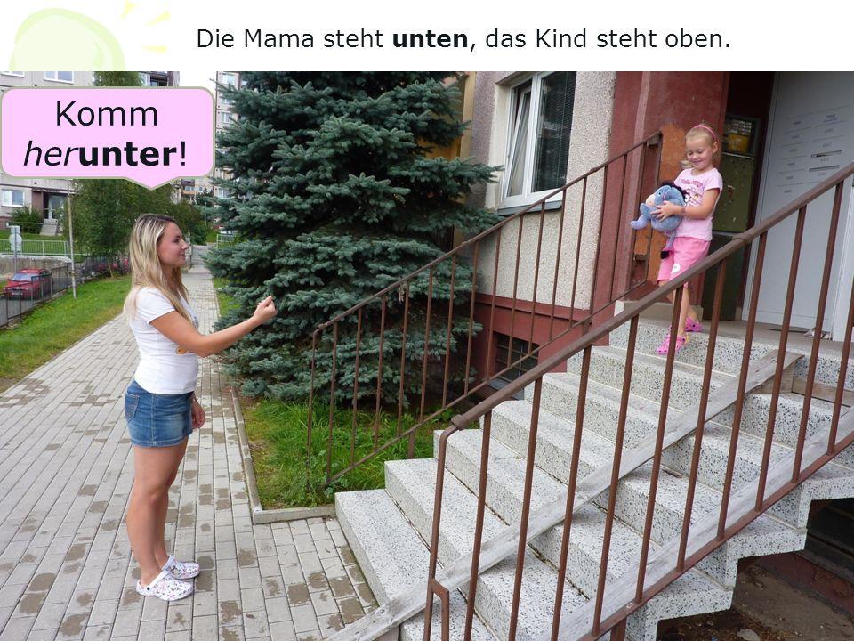 Die Mama steht unten, das Kind steht oben. Komm herunter!