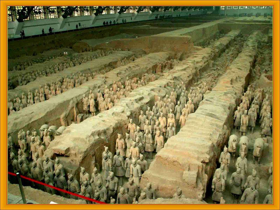 Jako terakotová armáda se ozna č uje vojsko vyrobené z terakoty, které se nachází v č ínské provincii Šen-si. Bylo objeveno náhodou v b ř eznu 1974. D