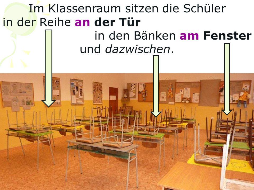Im Klassenraum sitzen die Schüler in der Reihe an der Tür in den Bänken am Fenster und dazwischen.