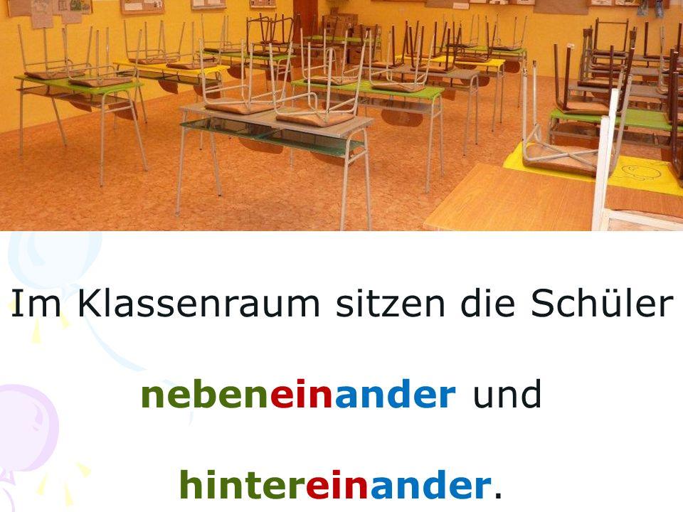 Im Klassenraum sitzen die Schüler nebeneinander und hintereinander.
