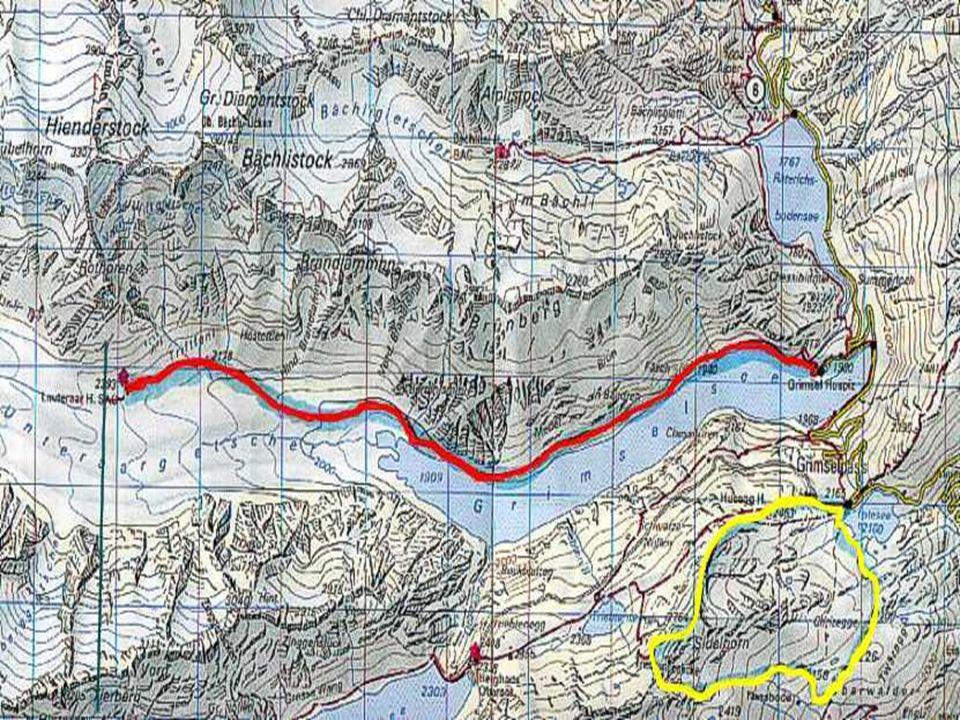 Hinten: Rhônegletscher und Furkapass. Vzadu: Rhônský ledovec a průsmyk Furka.