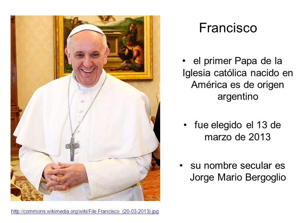 Francisco el primer Papa de la Iglesia católica nacido en América es de origen argentino fue elegido el 13 de marzo de 2013 su nombre secular es Jorge Mario Bergoglio http://commons.wikimedia.org/wiki/File:Francisco_(20-03-2013).jpg