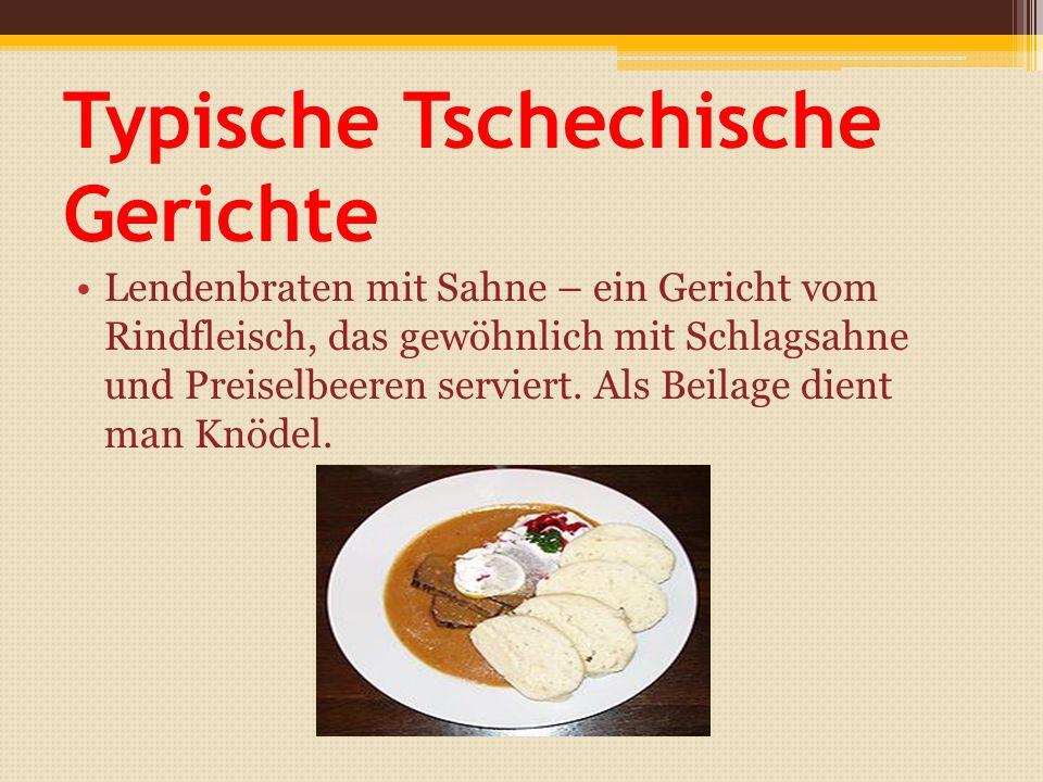 Typische Tschechische Gerichte Lendenbraten mit Sahne – ein Gericht vom Rindfleisch, das gewöhnlich mit Schlagsahne und Preiselbeeren serviert.