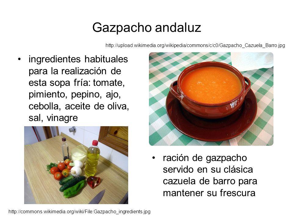 Gazpacho andaluz ingredientes habituales para la realización de esta sopa fría: tomate, pimiento, pepino, ajo, cebolla, aceite de oliva, sal, vinagre ración de gazpacho servido en su clásica cazuela de barro para mantener su frescura http://commons.wikimedia.org/wiki/File:Gazpacho_ingredients.jpg http://upload.wikimedia.org/wikipedia/commons/c/c0/Gazpacho_Cazuela_Barro.jpg