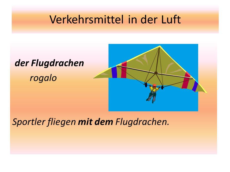 Verkehrsmittel in der Luft der Flugdrachen rogalo Sportler fliegen mit dem Flugdrachen.