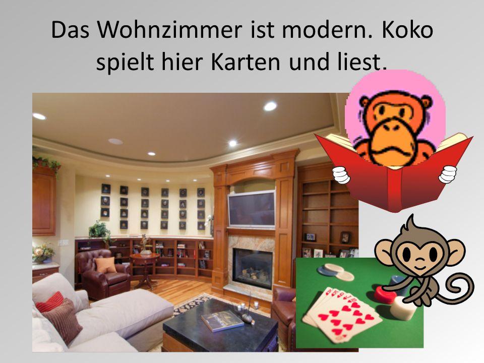 Das Wohnzimmer ist modern. Koko spielt hier Karten und liest.