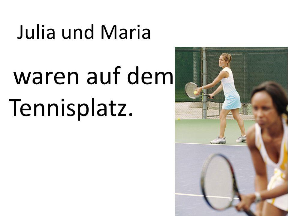 Julia und Maria waren auf dem Tennisplatz.