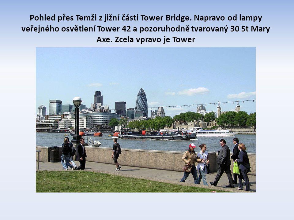 Pohled přes Temži z jižní části Tower Bridge.