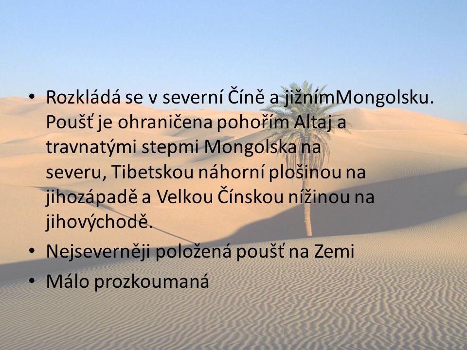 Rozkládá se v severní Číně a jižnímMongolsku. Poušť je ohraničena pohořím Altaj a travnatými stepmi Mongolska na severu, Tibetskou náhorní plošinou na