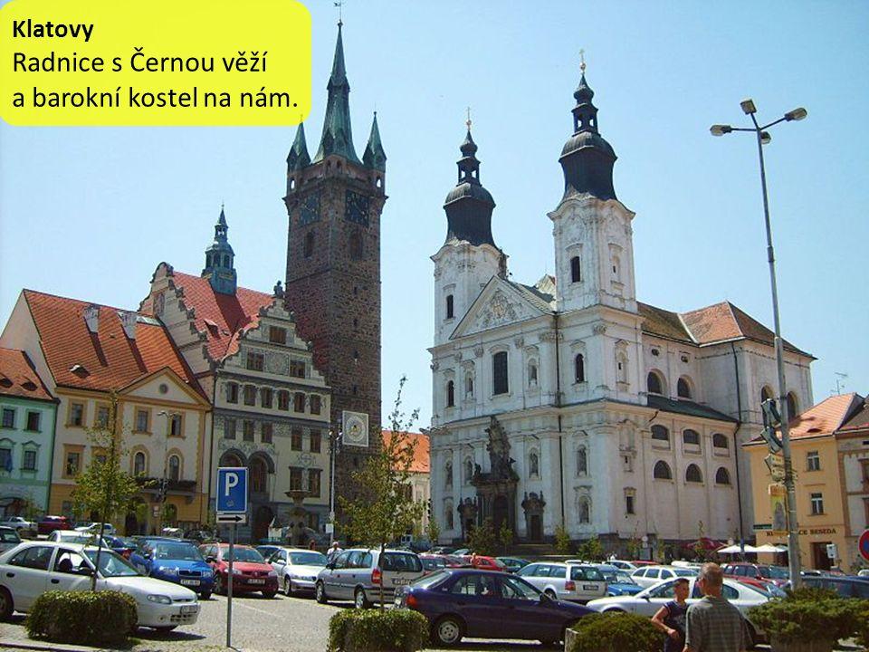 Klatovy Radnice s Černou věží a barokní kostel na nám.