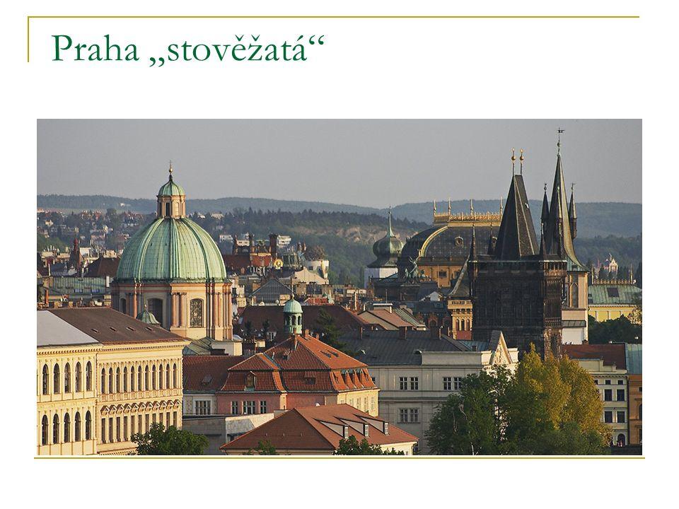 Pohled na Hradčany přes Vltavu a Karlův most v noci
