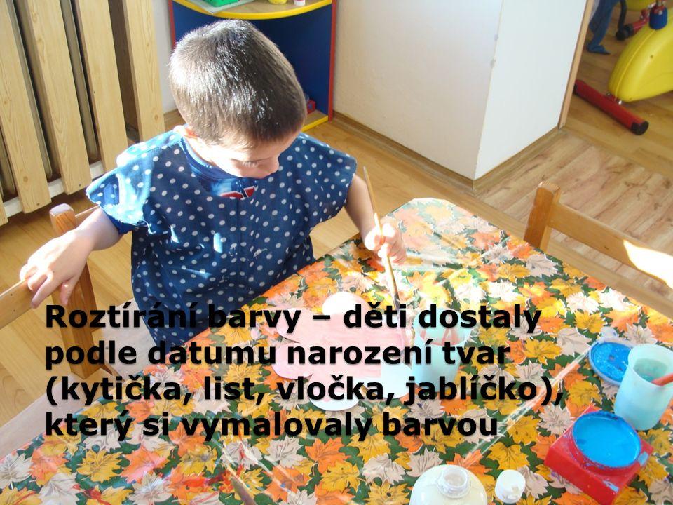 Roztírání barvy – děti dostaly podle datumu narození tvar (kytička, list, vločka, jablíčko), který si vymalovaly barvou