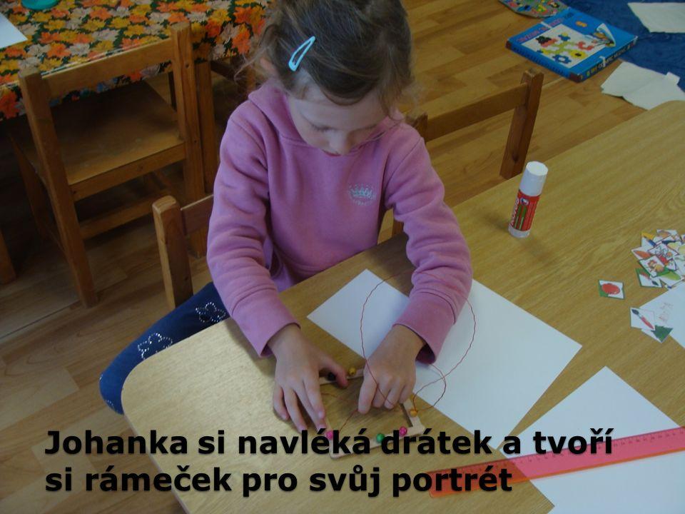 Johanka si navléká drátek a tvoří si rámeček pro svůj portrét