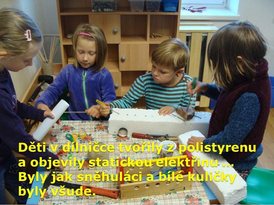 Děti v dílničce tvořily z polistyrenu a objevily statickou elektřinu … Byly jak sněhuláci a bílé kuličky byly všude.