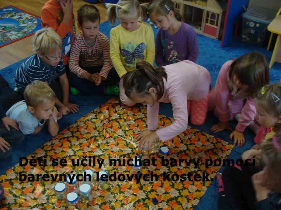 Děti se učily míchat barvy pomocí barevných ledových kostek.