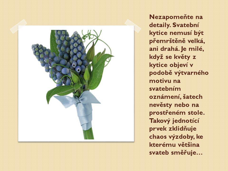 Nezapomeňte na detaily. Svatební kytice nemusí být přemrštěně velká, ani drahá. Je milé, když se květy z kytice objeví v podobě výtvarného motivu na s