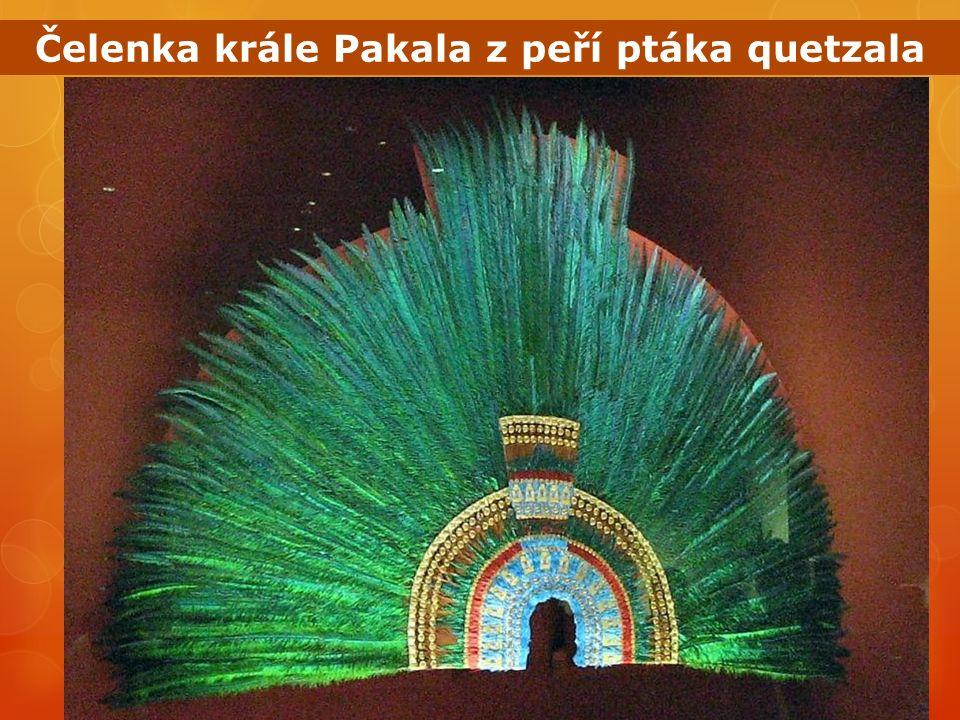 Čelenka krále Pakala z peří ptáka quetzala