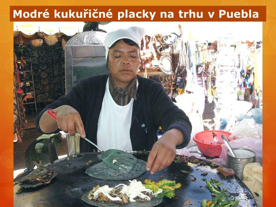 Modré kukuřičné placky na trhu v Puebla
