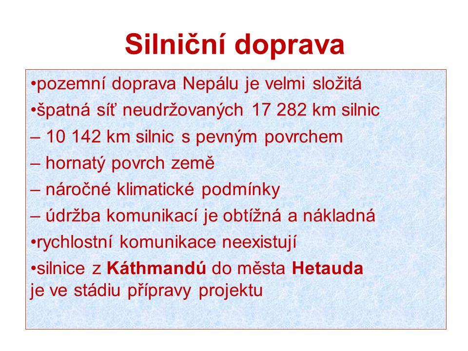 Silniční doprava pozemní doprava Nepálu je velmi složitá špatná síť neudržovaných 17 282 km silnic – 10 142 km silnic s pevným povrchem – hornatý povr