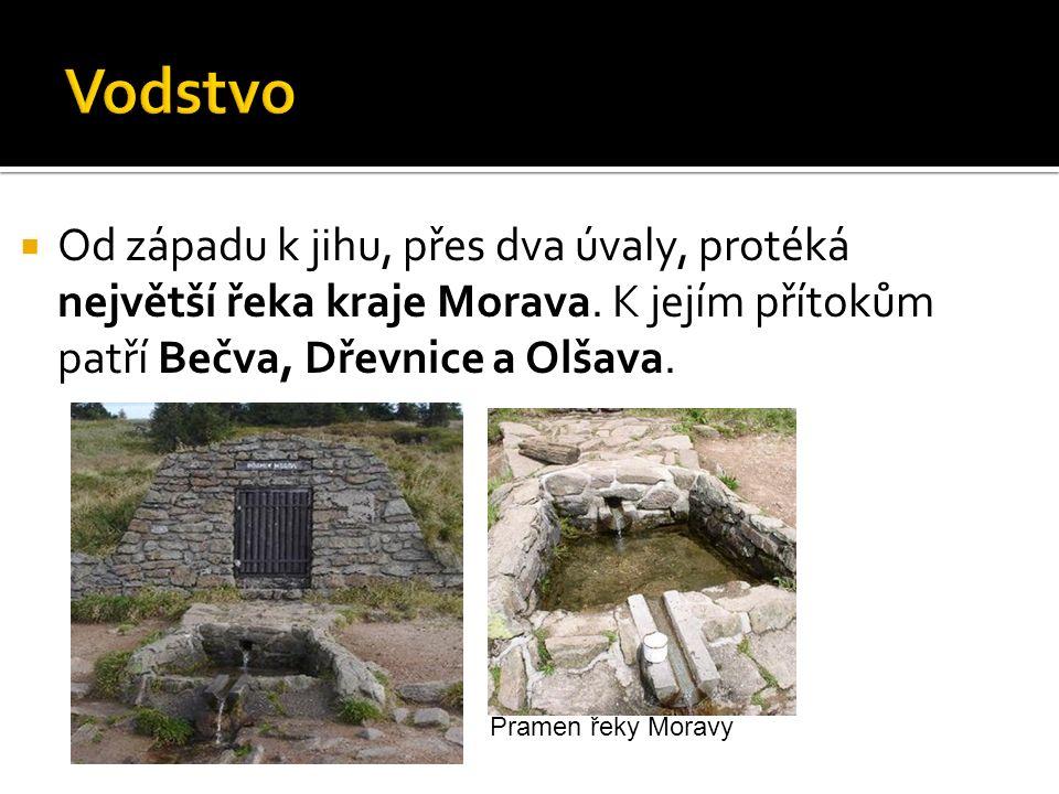  Od západu k jihu, přes dva úvaly, protéká největší řeka kraje Morava.