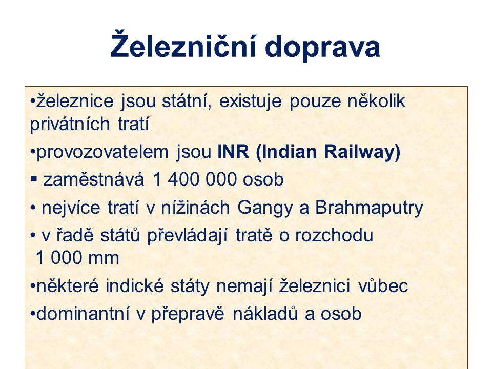 železnice jsou státní, existuje pouze několik privátních tratí provozovatelem jsou INR (Indian Railway)  zaměstnává 1 400 000 osob nejvíce tratí v nížinách Gangy a Brahmaputry v řadě států převládají tratě o rozchodu 1 000 mm některé indické státy nemají železnici vůbec dominantní v přepravě nákladů a osob